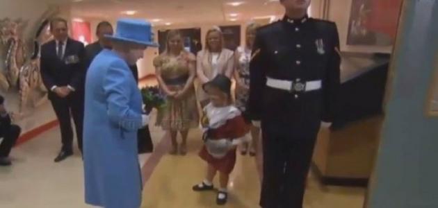 بالفيديو: طفلة أهدت الورد لملكة بريطانيا فتلقت في المقابل صفعة على وجهها