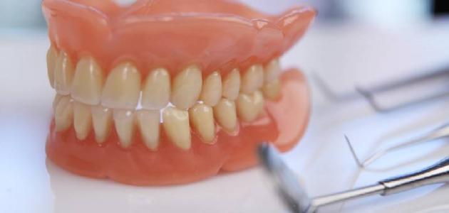 طريقة تنظيف طقم الأسنان