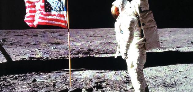 أول من مشى على القمر